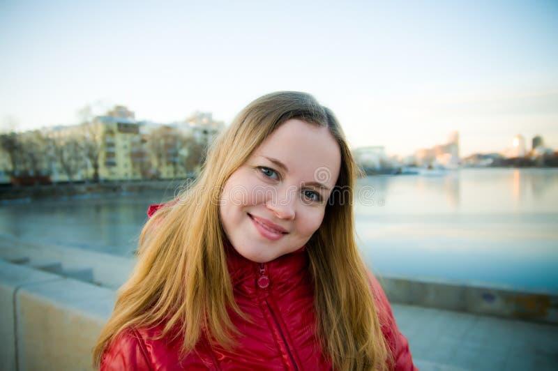 Jeune femme sur une rue dans une ville. photographie stock
