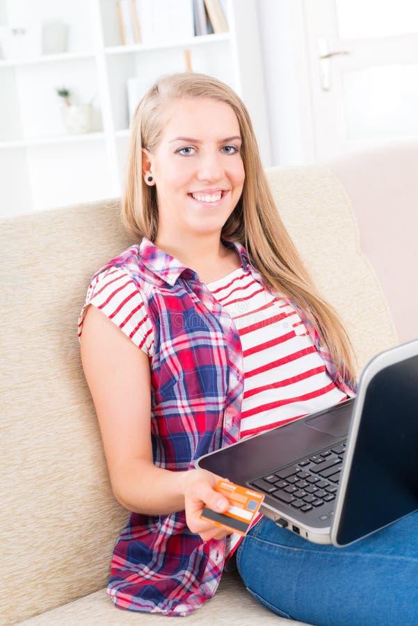 Jeune femme tenant la carte de crédit images stock