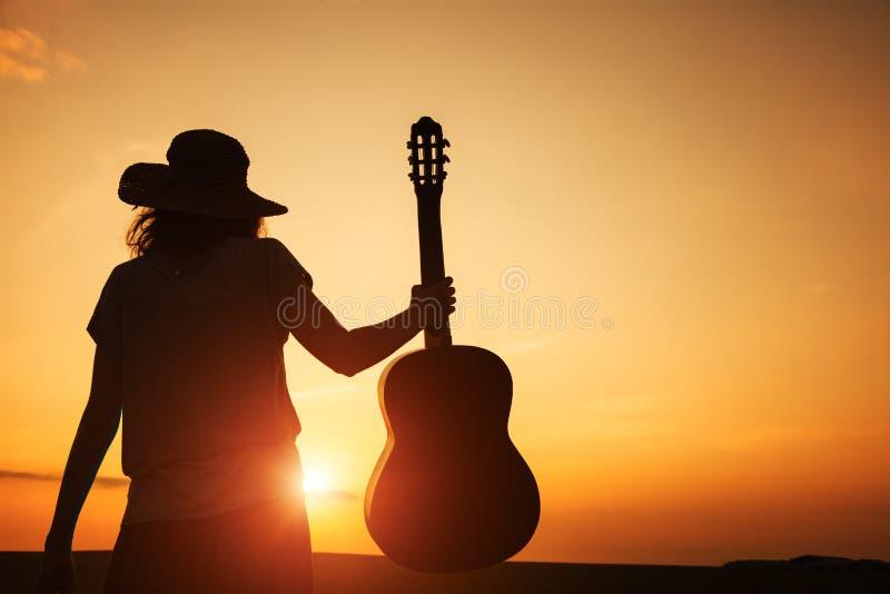 Jeune femme tenant la guitare photo libre de droits