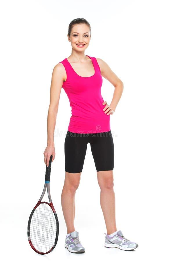 Jeune femme tenant la raquette de tennis sur le fond blanc image stock