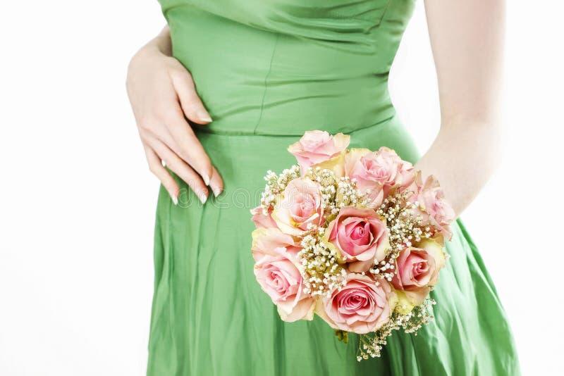 Jeune femme tenant le bouquet des roses roses photo libre de droits