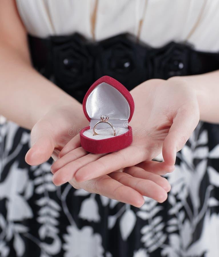 Jeune femme tenant le cadeau le jour du ` s de Valentine photos stock
