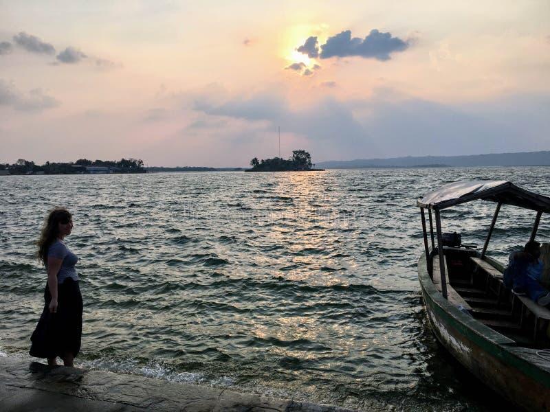 Jeune femme tenant le long du côté les rivages de Flores, Guatemala images stock