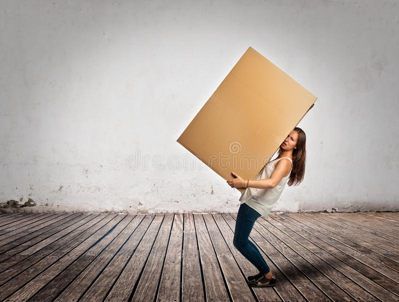 Jeune femme tenant un cardbox photo stock