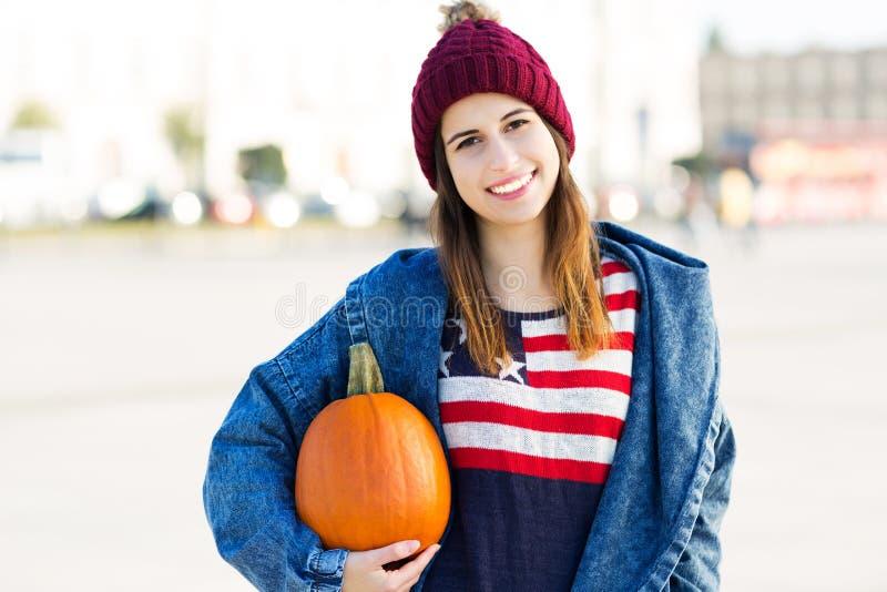Jeune femme tenant un potiron photos libres de droits