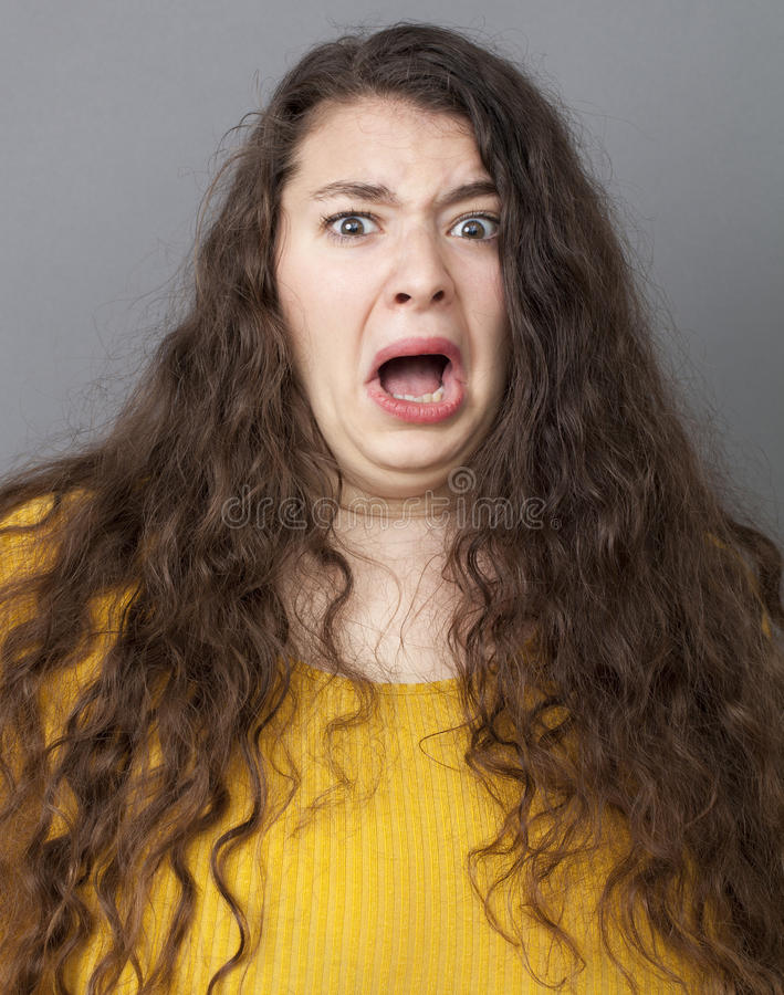 Jeune femme terrifiée ayant la phobie photographie stock