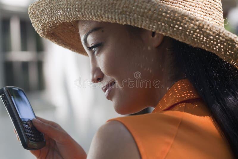 Jeune femme Texting photographie stock libre de droits