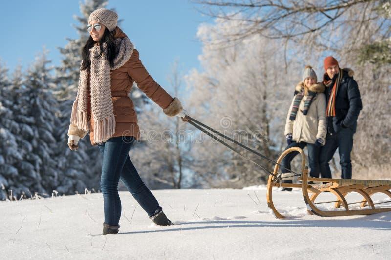 Jeune femme tirant la campagne de neige de traîneau d'hiver image stock
