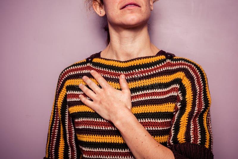 Jeune femme touchant son coffre images libres de droits