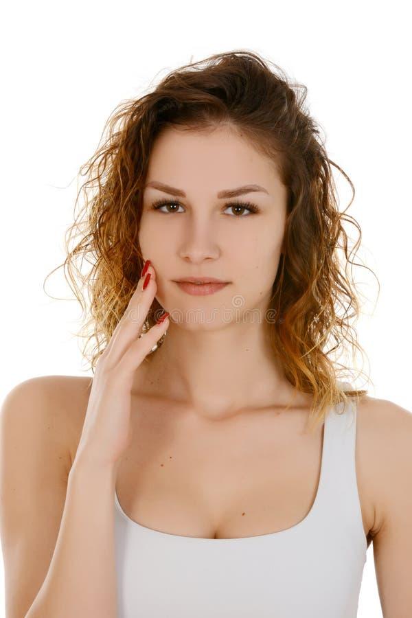 Jeune femme touchant son visage photographie stock