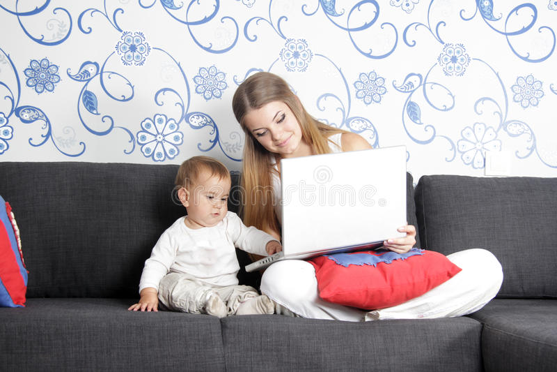 Jeune femme travaillant à la maison photos libres de droits