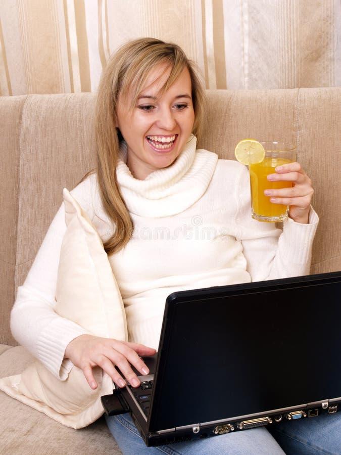 Jeune femme travaillant à la maison photo stock