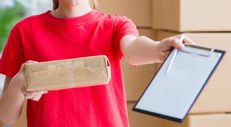 Jeune femme travaillant au centre serveur de distribution de colis images stock