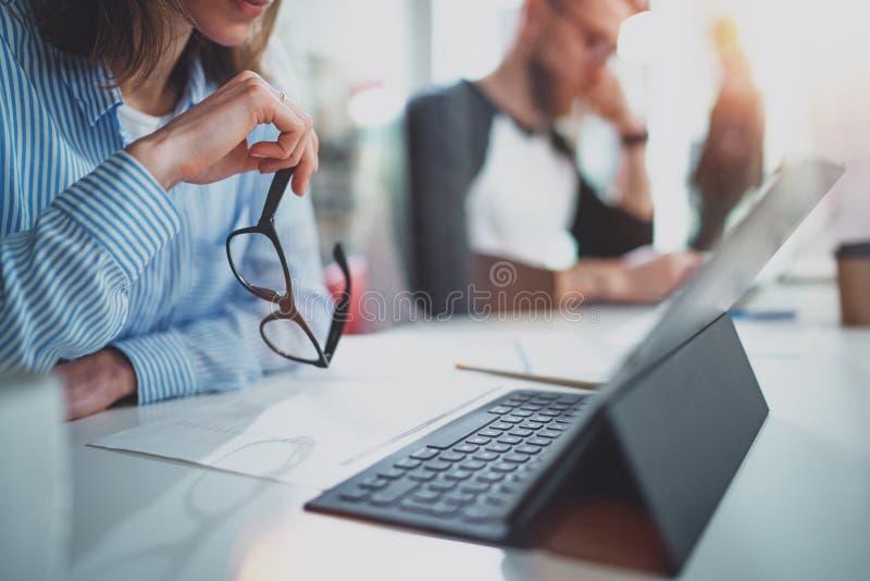 Jeune femme travaillant avec des collègues et jugeant des verres de yeux actuels Concept de travail d'équipe horizontal Fond brou photographie stock