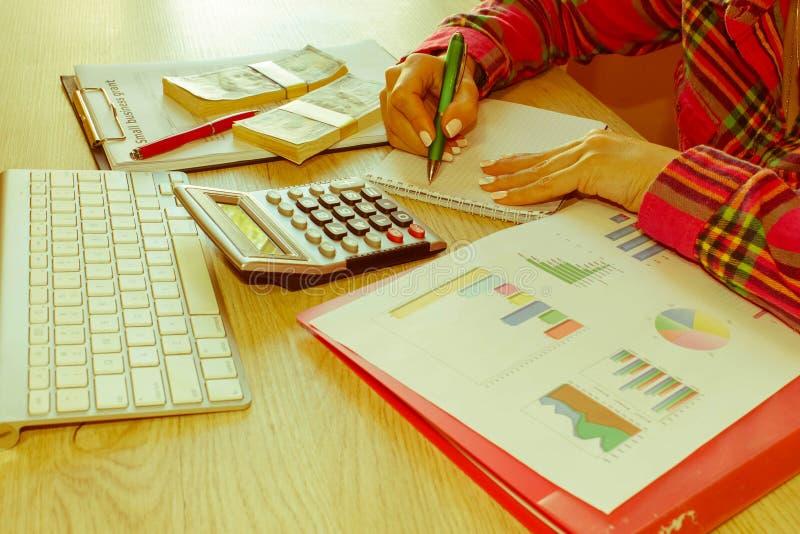 Jeune femme travaillant dans la maison, se reposant au bureau, utilisant l'ordinateur Concession d'affaires et concept de finance photo stock
