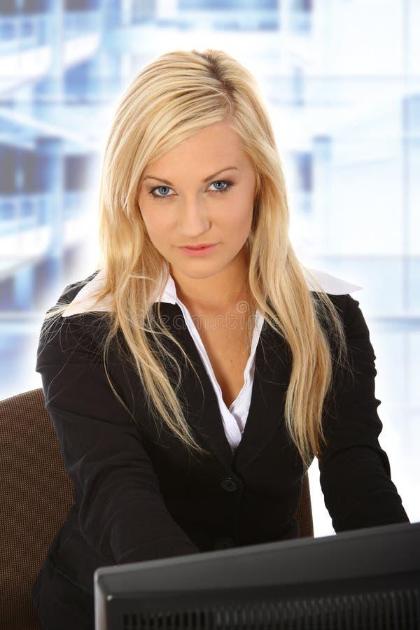 Jeune femme travaillant dans le bureau photos stock
