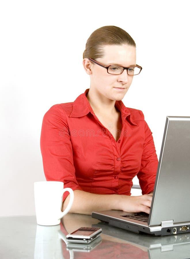 Jeune femme travaillant sur l'ordinateur portatif images libres de droits