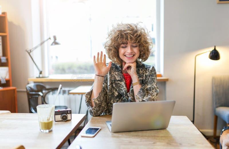 Jeune femme travaillant sur son ordinateur portable en café photo libre de droits