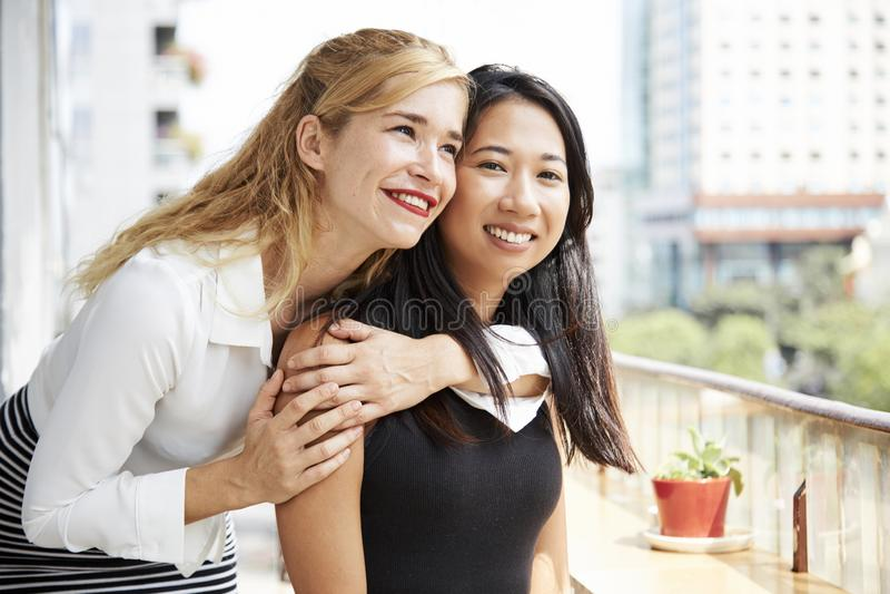 Jeune femme ?treignant son meilleur ami photo stock