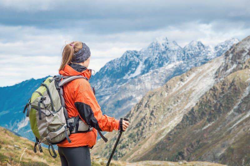 Jeune femme trimardant dans les montagnes photographie stock