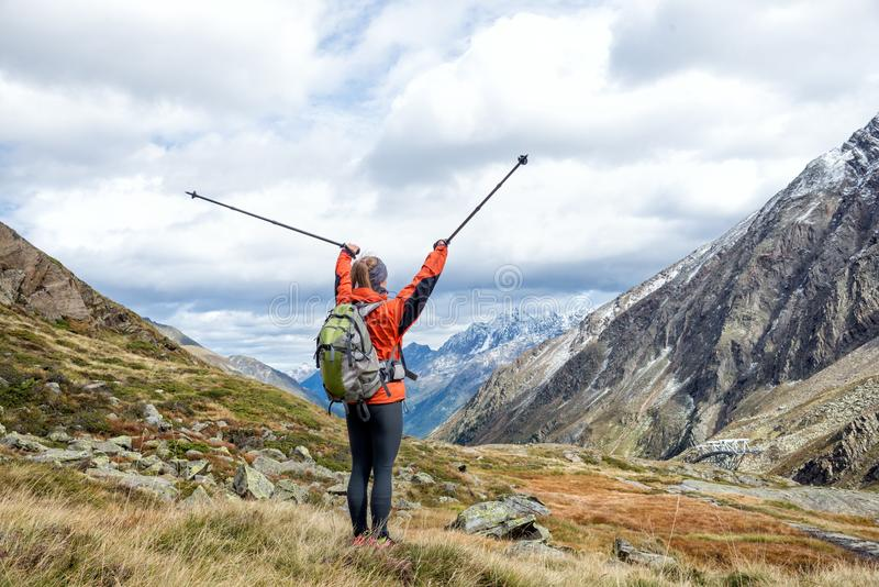 Jeune femme trimardant dans les montagnes images stock