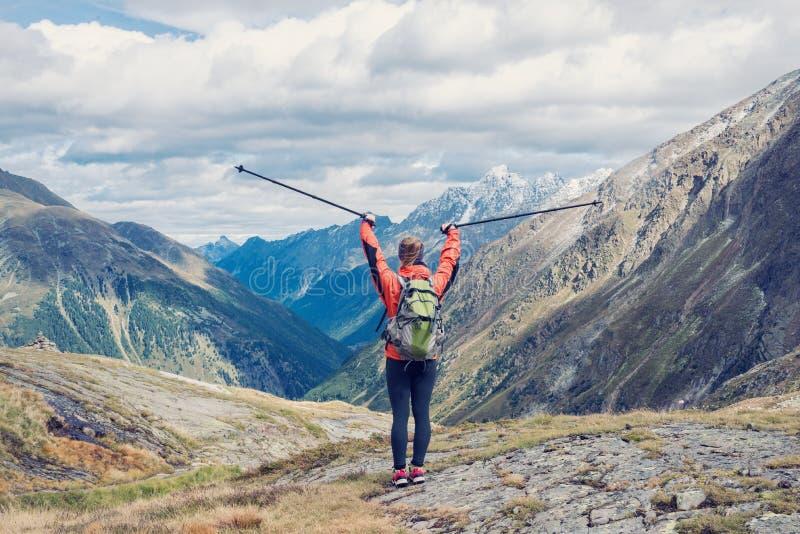 Jeune femme trimardant dans les montagnes photo stock