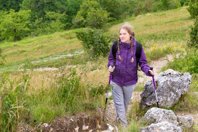 Jeune femme trimardant en nature photographie stock libre de droits