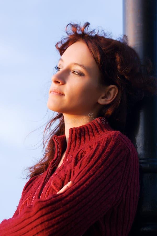 Jeune femme triste à une aube. photo libre de droits