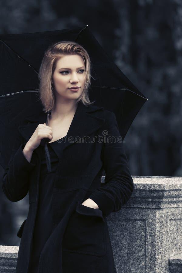 Jeune femme triste de mode avec le parapluie sous la pluie images libres de droits