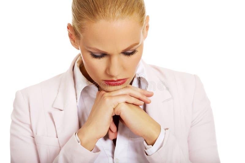 Jeune femme triste et inquiétée d'affaires image stock