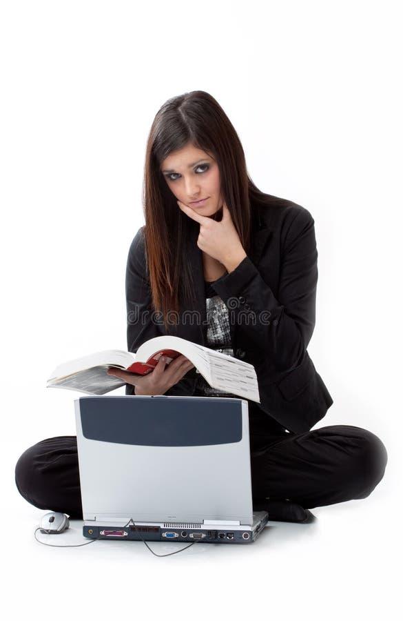 Jeune femme triste recherchant pour l'aide par ordinateur images libres de droits