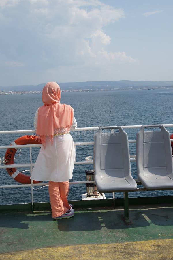 Jeune femme turque avec l'écharpe image stock