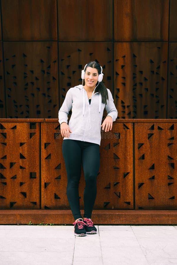 Jeune femme urbaine de forme physique se reposant après séance d'entraînement images libres de droits