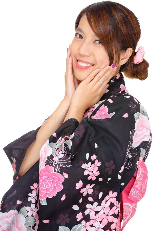 Jeune femme utilisant le kimono japonais images stock