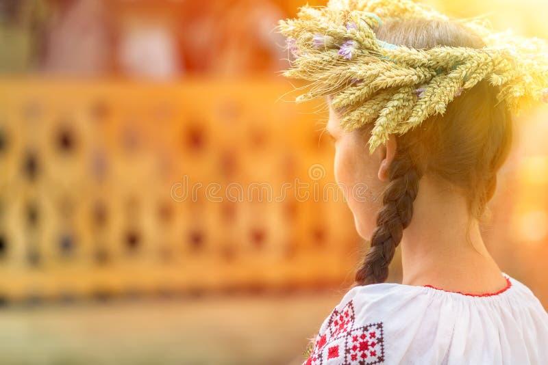 Jeune femme utilisant une couronne de tressage faite de blé et fleurs photos libres de droits