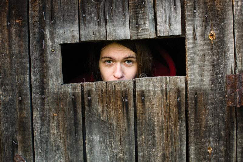 Jeune femme verrouillée dans une vieille grange en bois images libres de droits