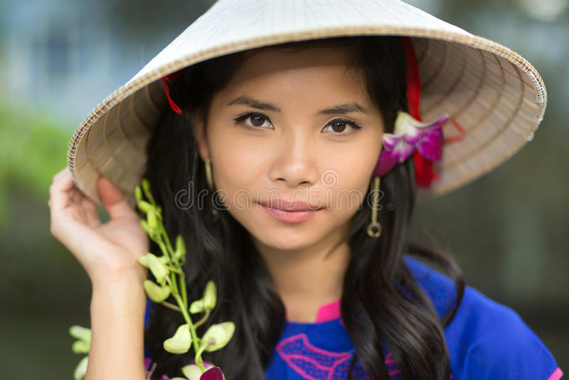 Jeune femme vietnamienne sérieuse attirante images stock