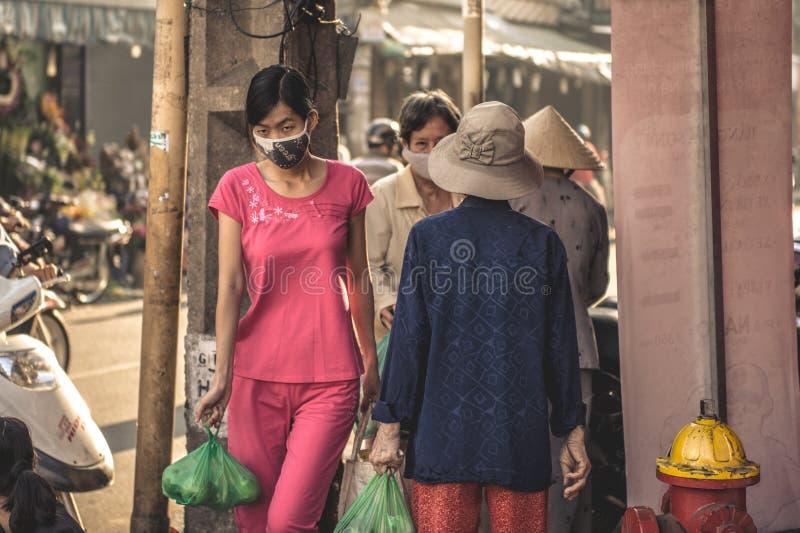 Jeune femme vietnamienne sur le marché photo libre de droits