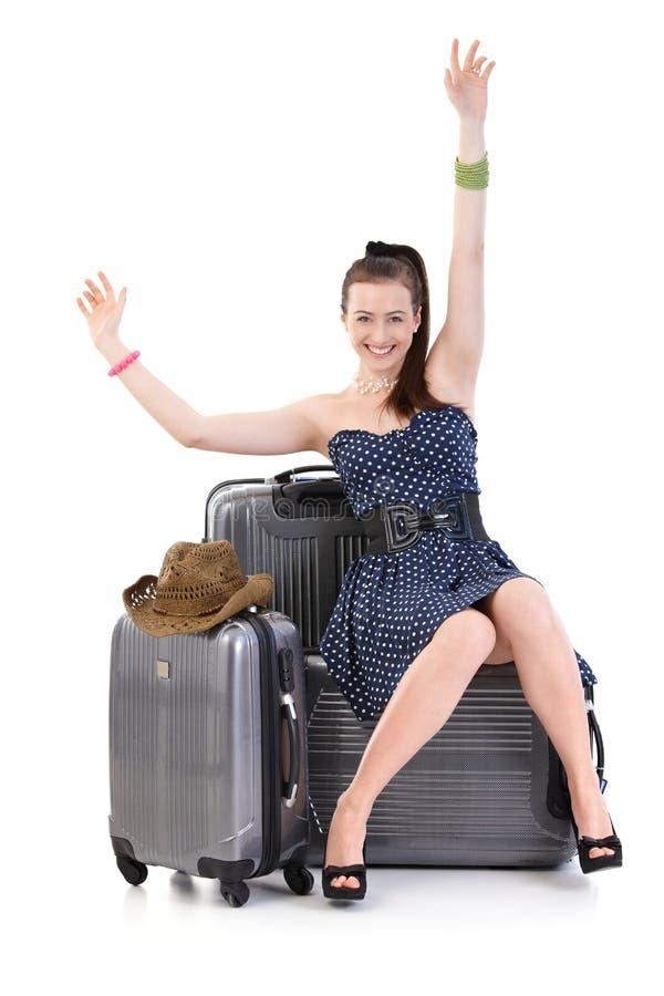 Jeune femme voyageant aux vacances avec la valise photos libres de droits