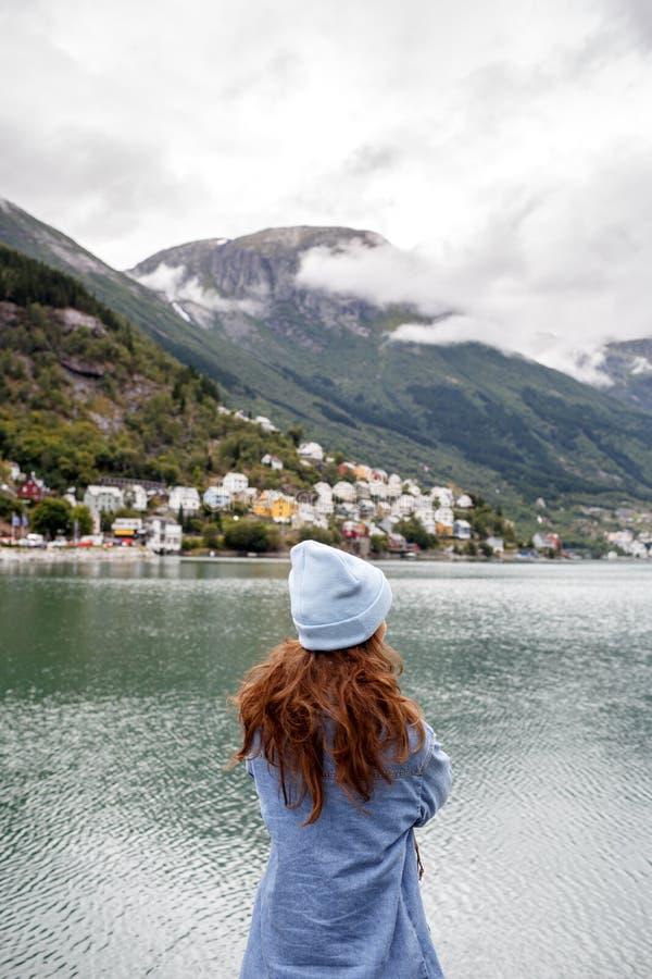 Jeune femme voyageant en Norvège image libre de droits