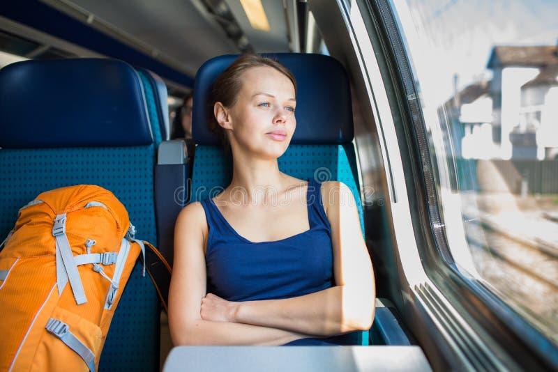 Jeune femme voyageant par chemin de fer photographie stock