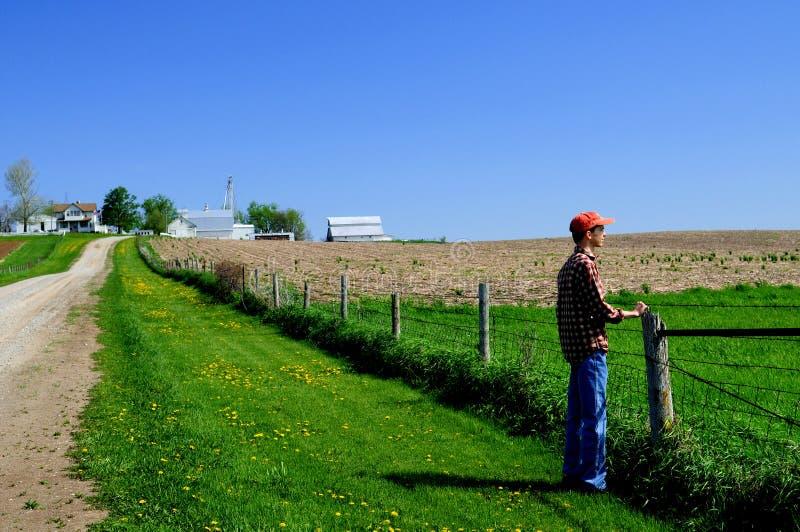 Jeune fermier à sa frontière de sécurité images stock