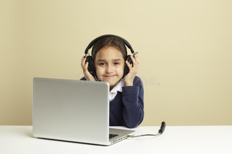 Jeune fille à l'aide de l'ordinateur portatif photos stock