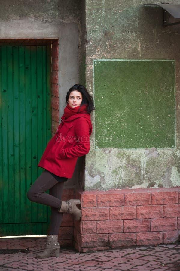 Jeune fille à la trappe verte photos stock