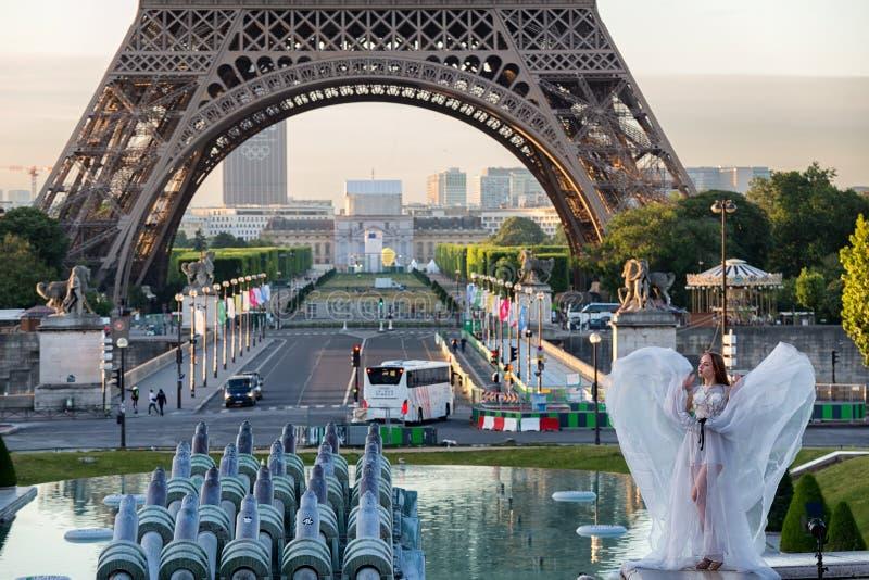 Jeune fille à Tour Eiffel d'endroit de Trocadero à l'aube photo stock