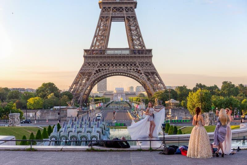 Jeune fille à Tour Eiffel d'endroit de Trocadero à l'aube images stock