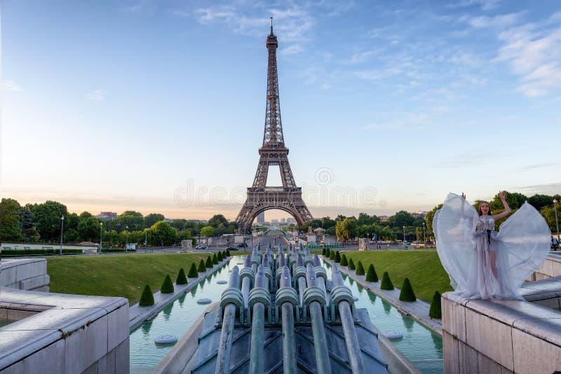 Jeune fille à Tour Eiffel d'endroit de Trocadero à l'aube photographie stock