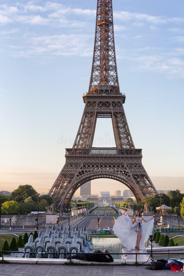 Jeune fille à Tour Eiffel d'endroit de Trocadero à l'aube image stock
