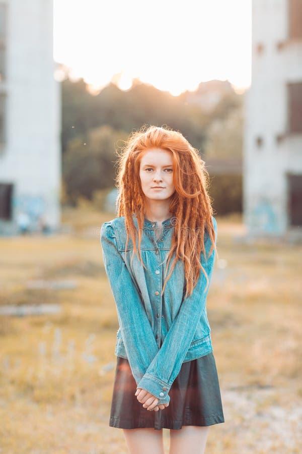 Jeune fille élégante avec des dreadlocks image stock