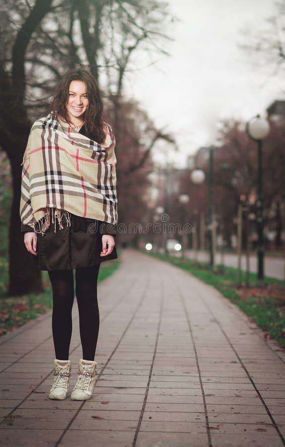 Jeune fille élégante en parc pendant l'automne images stock